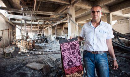 El empresario sirio Mohamed Hayani muestra su fábrica en Alepo, destrozada por los combates en agosto