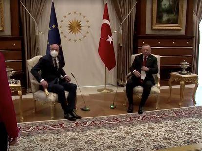 La presidenta de la Comisión Europea, Ursula von der Leyen, miraba el martes con estupor cómo había quedado relegada fuera de las sillas que presiden la reunión en Ankara.