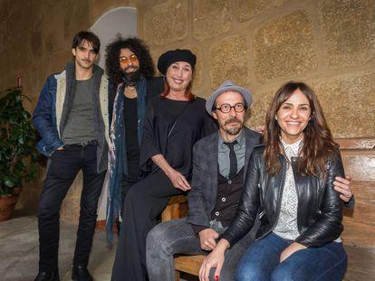 De derecha a izquierda, Aitor Luna, Ara Malikian, Verónica Forqué, Fele Martínez y Melani Olivares, que actuarán en el Festival de Mérida.