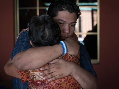 Hansel Vázquez, líder universitario, abraza a su madre luego de ser excarcelado por el régimen de Daniel Ortega.