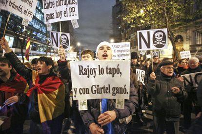 Manifestantes convocados por redes sociales ante la sede del PP, en 2013.