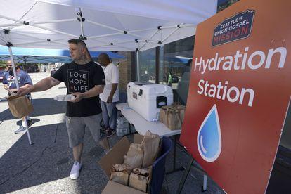Reparto de agua y comida en un centro de hidratación en la ciudad estadounidense de Seattle.