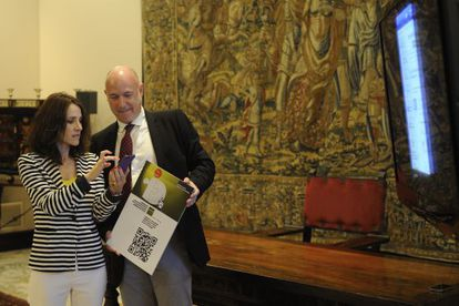 Bakartxo Tejeria aparece junto a Iñigo Lamarca, en el Parlamento.
