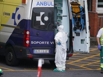Varios sanitarios protegidos junto a una ambulancia en el Hospital Universitario Cruces, en Bilbao el 19 de marzo.
