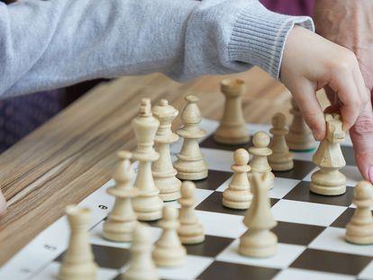 Dos personas jugando al ajedrez.