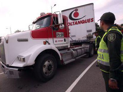 Varios camiones cargados de medicinas y alimentos se topan con una vía bloqueada por el Gobierno de Nicolás Maduro