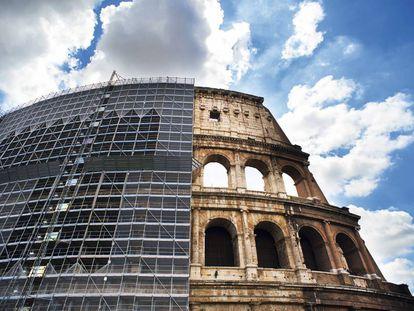 Así lucía la fachada sur del Coliseo bajo los andamios que acaban de ser retirados. Ahora, mejor ir a verlo con gafas de sol: el mármol travertino brilla sin la capa de negritud que lo cubría.