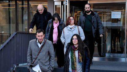 Los concejales de Somos Alcalá al completo abandonan el juzgado tras declarar cuatro de ellos.