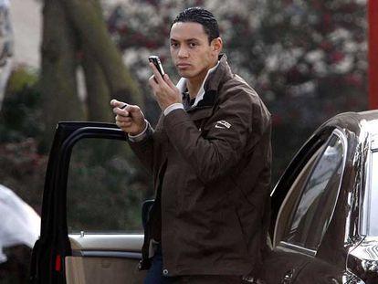 Oliveira habla por teléfono en Milanello ayer por la tarde.