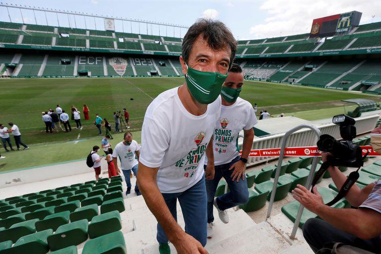 Pacheta, en el estadio Martínez Valero durante el acto institucional por el ascenso.