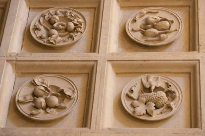 Above, from the left, the plate of lemons with a snake and plate with aubergines.  Below, oranges and a bird pecking a bunch of grapes, in the arch of the sacristy of the Cathedral of Seville.