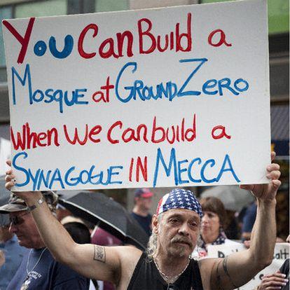 """Un manifestante contrario al proyecto del centro islámico exhibe un cartel en el que se lee: """"Podéis construir una mezquita en la <i>zona cero</i> cuando nosotros podamos levantar una sinagoga en La Meca""""."""