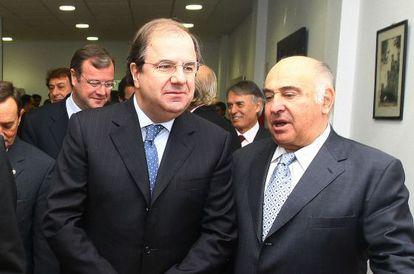 El presidente de la Junta de Castilla y León, Juan Vicente Herrera, charla con el empresario de la minería Manuel Lamelas Viloria.
