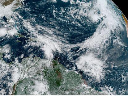Fotografía satelital de la tormenta tropical Eta en el golfo de México y la subtropical Theta en el Atlántico.