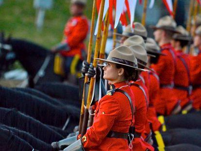 Mujeres y hombres de la Policía Montada del Canadá en el célebre Musical Ride.