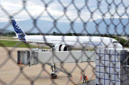 El A350 XWB, en el aeropuerto de Cochabamba durante una prueba del avión en altitud.