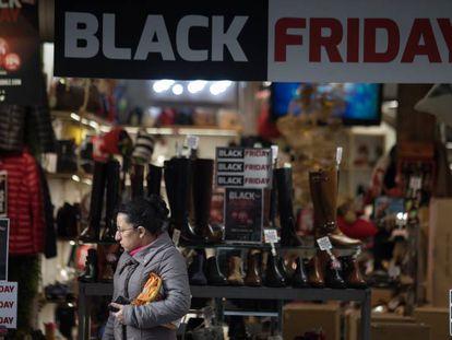 Carteles en un comercio de Madrid durante el Black Friday.