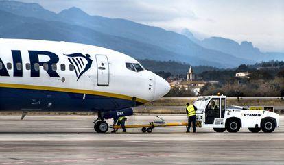 Trabajadores de Ryanair en el aeropuerto de Girona, en una imagen de archivo.