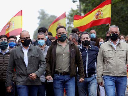 El presidente de Vox, Santiago Abascal, recorre durante la precampaña junto al candidato de Vox por A Coruña y otros militantes el último tramo del Camino de Santiago.
