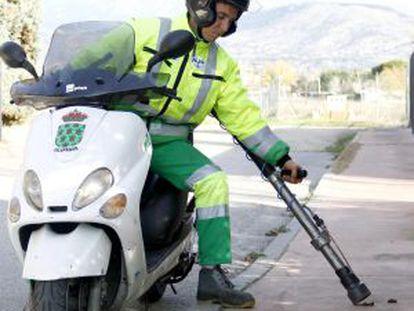 Una 'motocaca' recoge excrementos caninos en las calles de Galapagar.