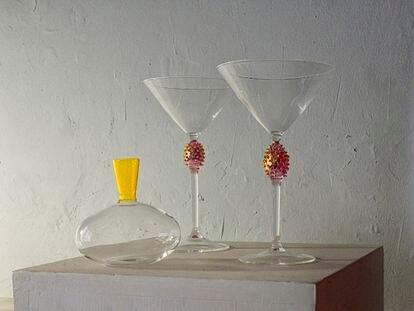 Un decantador y dos copas obra de Alex Añó.