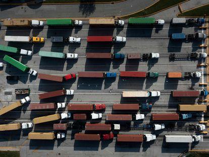 Camiones transportaban contenedores en el puerto de Baltimore el día 14.