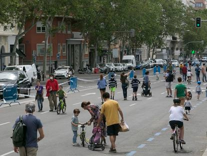 Peatones en la calle de Menéndez Pelayo, una de las calles abiertas para uso peatonal durante el estado de alarma en Madrid durante los fines de semana / SANTI BURGOS