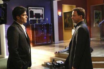 'CSI: Nueva York': el detective Mac Taylor (derecha) habla con Hérctor Vargas, un catalán que habla con acento latinoamericano.