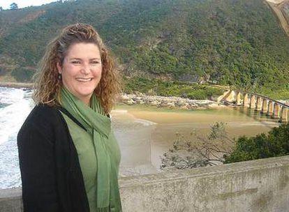 Alison tenía 27 años cuando fue atacada de forma salvaje en Port Elizabeth (Suráfrica). Hoy sonríe junto al océano Índico.