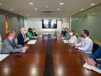 El vicepresidente económico de la Xunta, Francisco Conde, y la conselleira de Emprego e Igualdade, María Jesús Lorenzana, se reúnen con los comités de empresa de Ence.