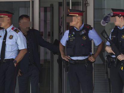 Agentes de los Mossos en la comisaría de Cornellà el pasado lunes.