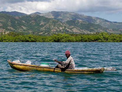 Un pescador faena en las proximidades de Aquin, en el sur de Haití.