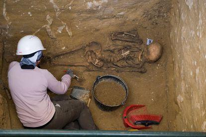 Un arqueólogo de la asociación AMEDE trabaja en una de las fosas comunes donde reposan restos de represaliados por el franquismo en el cementerio de San Fernando, Cádiz.
