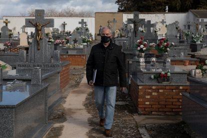 Jorge Delgado entra por primera vez en el cementerio de Piedrabuena (Ciudad Real) donde fue fusilado su abuelo en 1939.
