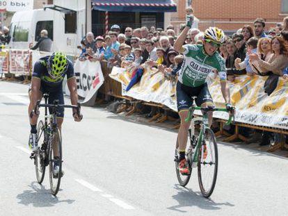 Peio Bilbao supera a Gorka Izaguirre en la línea de meta de Amorebieta.