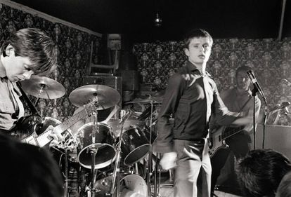Los integrantes de Joy Division -Bernard Sumner, Ian Curtis y Peter Hook- durante un concierto en Reino Unido el 14 de marzo de 1979, un año antes de que Curtis se quitara la vida.