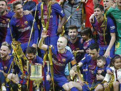 Iniesta celebra el título con sus compañeros.