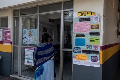Una mujer purepécha observa la información sobre la Covid-19 en el centro de salud de Angahuan.