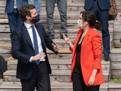 La presidenta de la Comunidad de Madrid, Isabel Díaz Ayuso, y el líder del PP, Pablo Casado, durante la presentación este miércoles de la candidatura del PP madrileño para las elecciones a la Asamblea de Madrid en el Auditorio del Parque Lineal del Manzanares, en Madrid.
