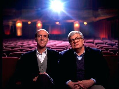 Gene Siskel y Rogert Ebert fotografiados en 1993 en su entorno natural: una sala de cine.