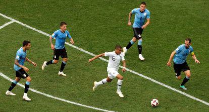 Mbappé maniobra entre cuatro uruguayos.