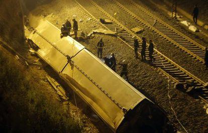 Los bomberos junto al tren Alvia descarrilado cerca de Santiago de Compostela