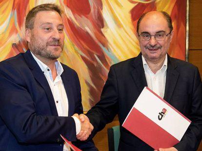 El presidente en funciones de Aragón, y candidato a la investidura, Javier Lambán (d), junto al líder de Chunta Aragonesista, José Luis Soro. En vídeo, del primero.