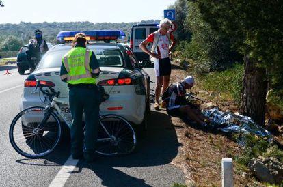 Varios ciclistas y un guardia civil, junto al cadáver de la ciclista alemana atropellada en Mallorca.
