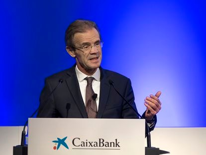 Jordi Gual, presidente de CaixaBank. en la junta de accionistas que dio luz verde al proyecto de fusión con Bankia, en Valencia.