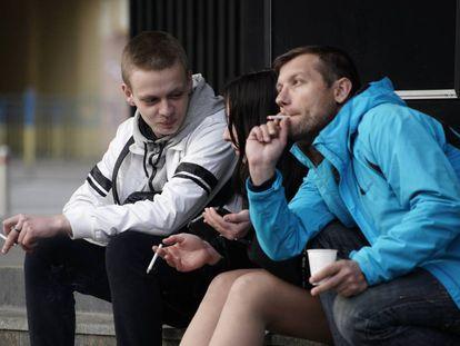 Un grupo de jóvenes fuman mientras charlan