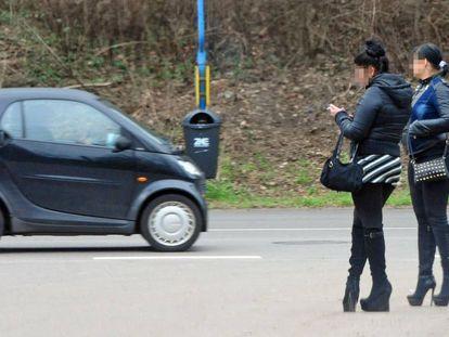 Dos prostitutas esperan a posibles clientes en Saarbrücken, Alemania.