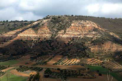 Los estratos formados en el fondo de un lago hace millones de años se observan en el valle del río Badiel.