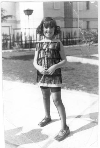 Elvira Lindo, a los nueve años.