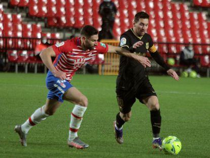 Messi intenta regatear a Antonio Puerta en el partido ante el Granada en Los Cármenes el pasado sábado.